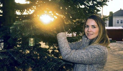 : Mette Dåpan er overveldet over responsen rundt julegaveønskene på grana på Torget. Ideen fikk hun i Ålborg da hun var student der. Foto: Nils-Erik Kvamme