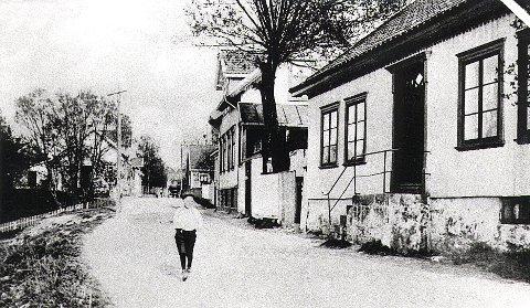 Storgaten på Østre Halsen sett fra Steinsnes og østover. Bildet er tatt omkring 1905-10.