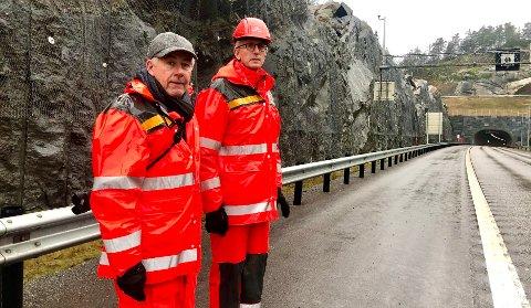 RASET: Veien blir stengt i flere dager, tror pressekontakt i Statens vegvesen region sør Knut Vedeld Hovde (t.v.). Til høyre seksjonsleder for vedlikehold og drift av veinettet i Vestfold, Trond Haugstad.