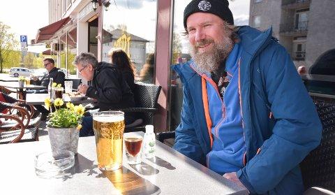 TRYGT OG GODT: Stig Ernstsen nyter utepils med jäger og håndsprit på Stri pub i Elverum lørdag ettermiddag.