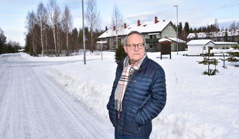 VEGEN SOM FORSVANT: Knut Fjeld i krysset mellom Åsmund Sveens veg og Henriks Ibsens veg. I dette området skulle også Kai Fjells veg ha ligget.