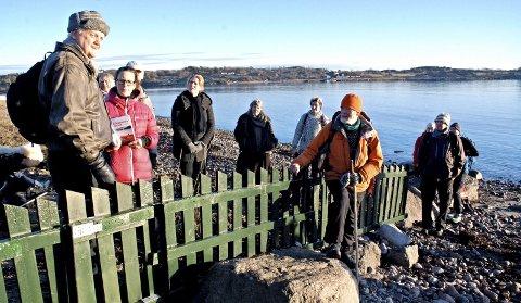 Man bør kunne ferdes langs sjøen uten å møte gjerder som dette, mener Jørn Magdahl  (til venstre) og Arne Fjellberg (i oransje jakke og lue).