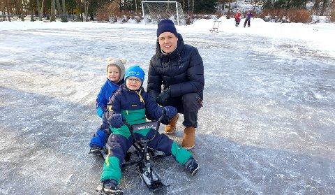 Megler Jens Roland Pettersen med sønnene Henrik og Jørgen er flittig brukee av friarealene rundt Vestskogen skole.