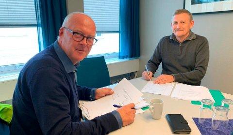 SKREV UNDER: Havnedirektøren i Grenland Havn, Finn Flogstad (t.v.), og eiendomssjefen i kommunen, Ole Henrik Lia, skrev under på papirene onsdag ettermiddag. Nå er de kommunen som eier eiendommene ved Sjøfartsmuseet.