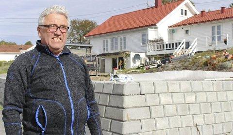 – MUREN ER FERDIG: Kommunens vedtak fra august 2018 om dispensasjon for oppføring av støttemur, ble stadfestet av Fylkesmannen i april 2020. Murens høydeavvik er vurdert som en ulovlighet av mindre betydning som ikke vil bli fulgt opp videre. – Muren er ferdig, sier Tormod Eek.