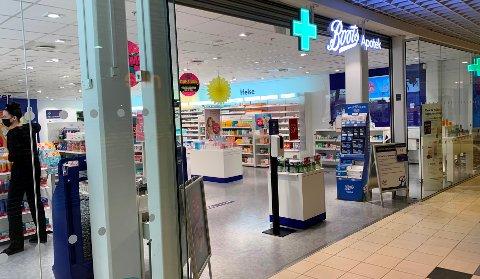 På Brotorvet er apotekene åpne, selv om det meste av butikker er stengt. Som her ved Boots Apotek Brotorvet er det vakter som passer på avstand og antall kunder inne i butikken av gangen.