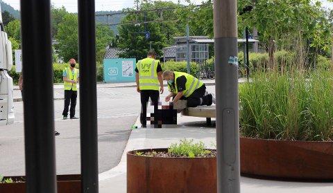 DRAMA: Kvinnen ble lagt i bakken og påsatt håndjern.