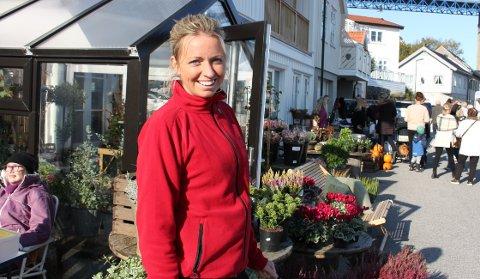 – Det er veldig hyggelig å bli tildelt 80.000 kroner i pengestøtte i en krevende tid med korona. Det hjelper godt på den daglige butikkdriften, sier Sara Tangen i Strandgata Blomster og Interiør på Gamle Stathelle.