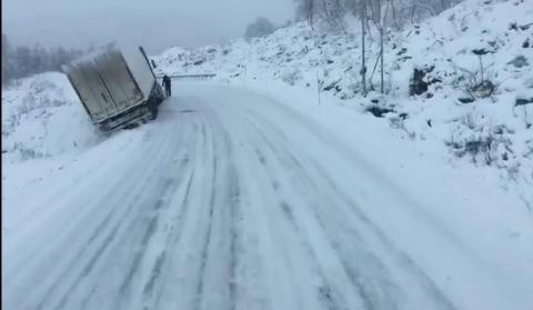 Taavi Pikner som kjørte over Saltfjellet til Mo i Rana i dag, fikk se to vogntog i grøfta. Her er et av dem.