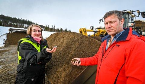 Unimaskin AS vil utvide grustaket ved Hauan på Røssvoll. Med det kan daglig leder Idar Rønning sørge for drift på uttaket i 30 år. Det er godt nytt for maskinfører og Idars datter Laila Rønning (25).
