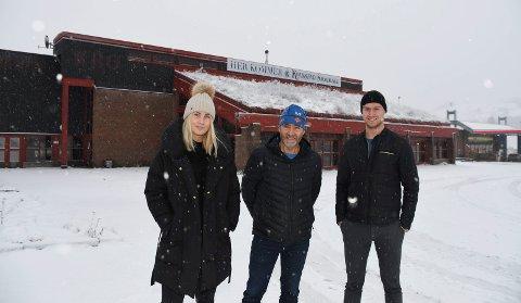 Her blir det snart sjokoladefabrikk: Helena og Hans Frogner har siden 2014 produsert eksklusiv sjokolade hjemme på Kvarstad gard. I vinter flyttes produksjonen til Rudshøgda. Det betyr større produksjon, økt omsetning og flere ansatte. På bildet ser vi Hans Frogner (i midten) sammen med  markedssjef Stephanie Henning og plassjef Joakim Hoholm.