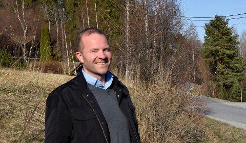 GAVMILD: John Gunnar Jakobsen åpner lommeboken og gir penger til Vik skole.