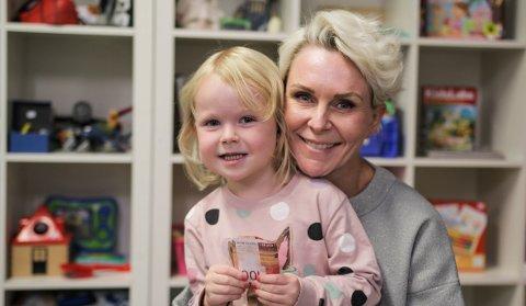 GJENBRUKS-ELSKERE: Hermine (4) hadde tatt med seg moren Kamille Kaspersen (44) og bursdagspengene til HappyHand med håp om å finne ting med prinsesser på.