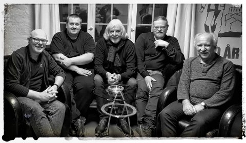 LANGFREDASKONSERT: Knut Erik Jacobsen utgjør sammen med (f.v.) Christer Aasheim, Øystein Haugan, Ulf Andersen og Torgeir Pettersen den lokale supergruppa Tøffe Låter. Nå inviterer de til konsert ute spontant i disse koronatider.