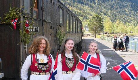 FESTTOG: Mette Alvefoss med døtrene Coppélia og Linnéa var med fest-toget.