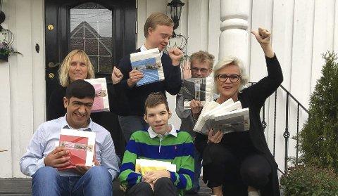 Ivrige: Foreldrene Merete Øien (t.v.) og Kathleen Petterson (t.h) hjelper til med å forberede russefeiringen.