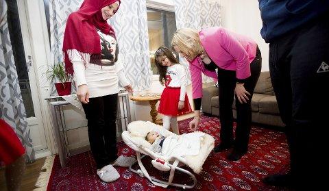 Sylvi Listhaug besøkte familien Alsouky på Lørenskog i desember. Da var Amir (i dag sju måneder) nyfødt. Mamma Lama og storesøster Lana viste stolt fram lillebror til ministeren som da selv var gravid. 8FOTO: Lisbeth Lund Andresen