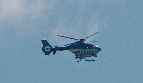 Politihelikopteret henger i lufta.