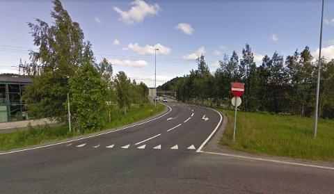 FEIL KJØRERETNING: Her ved Robsrudkrysset forsøkte kvinnen å kjøre ut på motorveien i feil kjøreretning. Bildet er tatt ved en tidligere anledning.