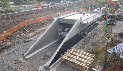 DIGRE DIMENSJONER: Den 25 meter lange betongkulverten er bygget på stedet og veier rundt 350 tonn.