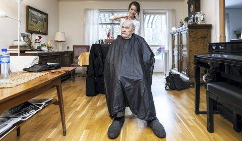 Fin på håret: Fritz Brodin (99) bor i omsorgsbolig på Tajetunet på Fjerdingby i Rælingen. Han synes det er helt topp med hjemmefrisør. Dessuten får han snakket en hel masse med Charlotte Berg Stiansen. ALLE FOTO: VIDAR SANDNES