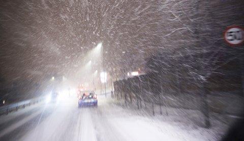 Snøvær på Østalandet gir vanskelige kjøreforhold og køer. Her fra Asker sentrum.