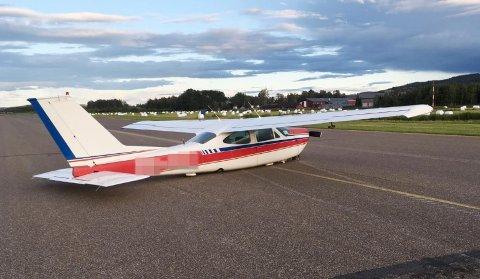 SKLED PÅ BUKEN: Småflyet havarerte under avgang fra Kjeller flyplass og skled på buken i cirka 210 meter før det stanset opp – like utenfor brannstasjonen på flyplassen.