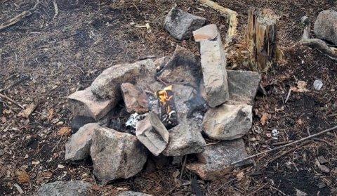 FORLATT: Dette synet møtte Lena-Cathrine Rølles da hun kom frem til gapahuken på Aukeåsen. Bålet brant, men var forlatt, og Rølles og andre turgåere fikk til slutt slokket det.