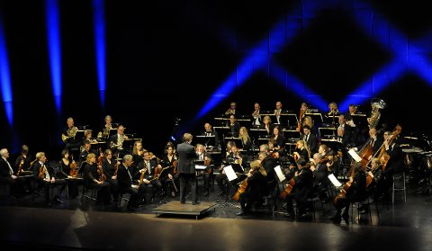 KRAFTFULT UTTRYKK: Dirigent Eirik Haukaas Ødegaard skapte begeistring sammen med Vestfold symfoniorkester.ALLE FOTO: KNUT NORDHAGEN