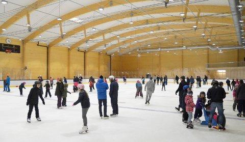 MYE FOLK: Det var et yrende liv på isen etter åpningen av Bugården Ishall i våres. Nå åpnes hallen for alvor.
