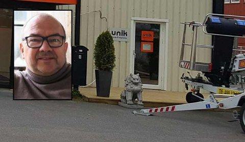STJÅLET: Paal Bye Johansen (innfelt), daglig leder ved Teppesenteret Unik, har lenge hatt to antikke granittløver stående utenfor butikken. Natt til torsdag ble de stjålet fra vinteropplaget på baksiden.