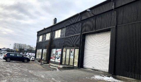 FORSVINNER: De tidligere butikk- og lagerlokalene til Arne Andresen AS i Kilen skal rives og erstattes av nye lokaler for Rema 1000 like ved.