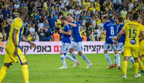 JUBEL: Her jubler Ole Jørgen Halvorsen og Patrick Mortensen etter 1-2-scoringen mot Maccabi Tel Aviv i Israel i fjor høst.