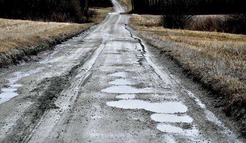 Det er et etterslep på vedlikehold av fylkesveier, skriver Camilla Ryste i NAF. Bildet viser fylkesvei 601, Vedalveien i Skjeberg, en marsdag i 2017. (Foto: Jarl M. Andersen)