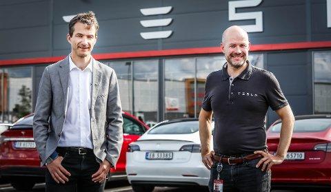 ØSTFOLD: Servicesjefene Sindre Seim (t.v.) og Dag Johansen utenfor det nye service- og salgssenteret på Tunejordet. Det skal betjene hele Østfold.