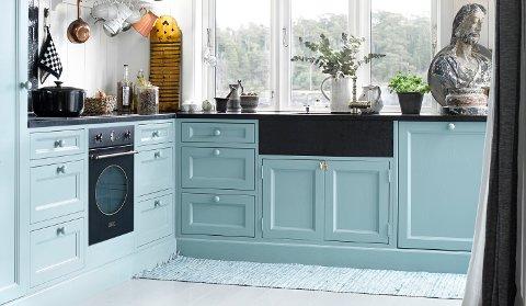 Mer farger på kjøkkenet er en klar tendens i dagens trendbilde. Og det er lett å male kjøkkenfrontene selv, for å få den fargen du ønsker.