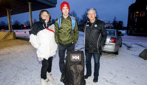 PÅ REISEFOT: Jørgen Sæves tok i går farvel til mamma Kirsten og pappa Arild på Askim stasjon. Neste stopp er Kolomna i Russland.