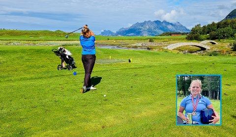 TIL TOPPS: Tuva Isebakke ble i helgen norgesmester for juniorer i golf. Det kunne knapt nok ha skjedd på en vakrere golfbane. Salten Golfbane utenfor Bodø har  beliggenhet med utsikt mot Landegode og Lofotveggen.