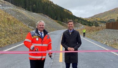 KLARE: Regionvegsjef Kjell Inge Davik og samferdsleminister Knut Arild Hareide står klare til å kutta snora som markerte siste parsellen på E16 over Filefell.
