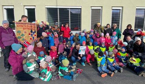 GÅVE: Ida Solheim (31, i midten) gjekk i Kyrkjebakken barnehage då ho var lita, og har seinare jobba der. Tysdag dukka ho opp med ei gåve til gamle kjende i anledning Barnehagedagen 2021.