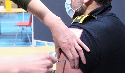 FULL RULLE: I går blei rekordmange vaksinerte i Tau Aktivitetshus og nå skal Strand kommune snart kalla inn dei mellom 45 og 54 år til vaksinering.