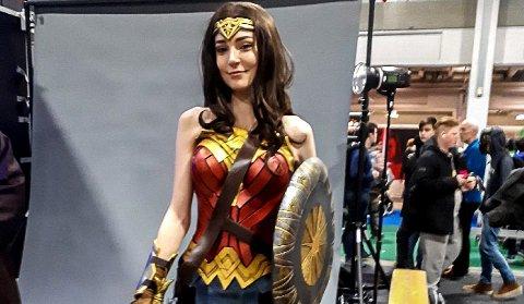 """Vår Åsen vil stille opp i dette kostymet i TV-programmet. Bildet ble tatt i forbindelse med premeren av filmen """"Wonder Woman. Foto: Privat"""