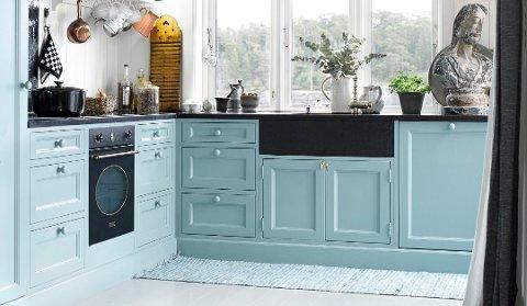 Mer farger på kjøkkenet er en klar tendens i dagens trendbilde. Og det er lett å male kjøkkenfrontene selv, for å få den fargen du ønsker. Foto: Per Erik Jæger, ifi.no/ANB