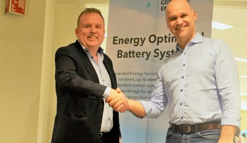 HÅNDTRYKK: Med dette håndtrykket er avtalen mellom Geir Bjørkeli og Roman Stoiber klar. Grenland Energy en del av Corvus Energy.