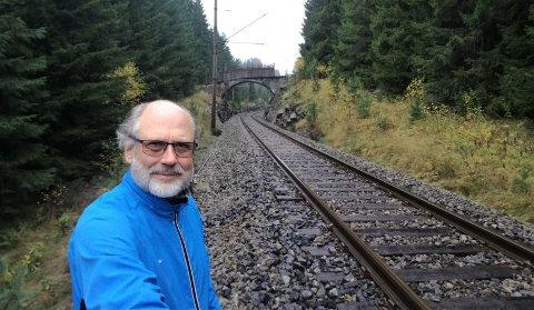 I denne traséen på Bratsbergbanen, 150 meter fra Valebøveien  v/avkjøringa til Skådalsveien og Googles Gromstul-område, vil Rødt Skien ha sidespor med stasjon.. Ørnulf Hjort-Sørensen tar saken opp i bystyret torsdag.