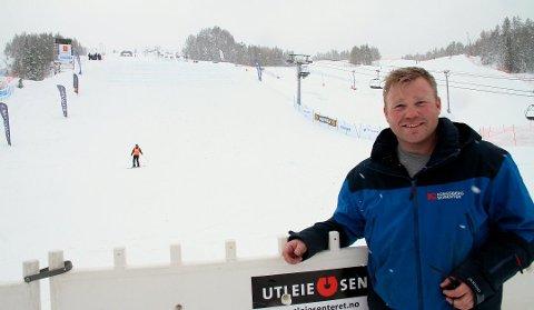 Endelig klart: Halvor Jamtveit, daglig leder ved Kongsberg skisenter er fornøyd med at de endelig har nok snø og kan åpne.
