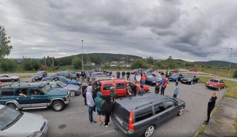 STORT TREFF: Om lag 200 biler var med på kolonnekjøringen fra Skien til Bø. Oppmøte var på Geiteryggen.
