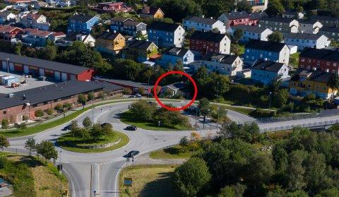 Huset ligger tett inntil Kommunalteknikk sitt anlegg og trafikkmaskinen på Hagelin. Bildet er tatt i august 2020.