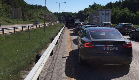 KØ: Det har oppstått lange køer på E18 som følge av ulykken.