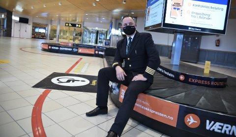 TOMME LOKALER: Ankomsthallen ved Trondheim lufthavn Værnes er folketom og bagasjebåndene står det aller meste av døgnet. Stasjonssjefen i Widerøe Ground Handling, Jacob Matheson, forteller at det er tøffe tider for mange.